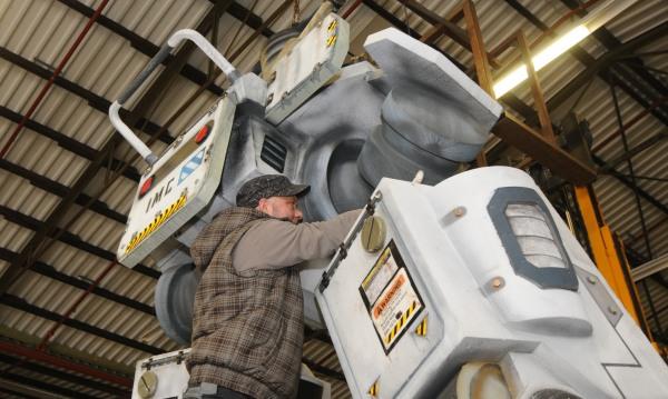 Mit Hilfe eines Gabelstablers wird der Roboter montiert